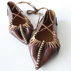 Opinci din piele @FurgaMurga Handmade Leather Shoes, Leather Craft, Leather Tooling Patterns, Folk Clothing, Shoe Pattern, Folk Costume, Leather Working, Traditional Outfits, Designer Shoes