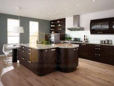 فضاهای دکوراسیون آشپزخانه فضای دکوراسیون آشپزخانه بستگی دارد که آیا آشپزخانه شما به صورت شبه جزیره هستش یعنی اینکه یک جای دور افتاده ای هستش ؟ اما این نوع دکوراسیون داخلی معمولا برای معماری داخلی سنتی بوده که کاملا منسوخ شده پس اگر نیاز به طراحی دکوراسیون داخلی مدرن دارید بدانید که آشپزخانه های با دکوراسیون مدرن اکثرا در چند دسته بیش نیستند مانند : یک ط