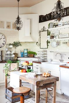 Runsas ja rustiikkinen keittiö on saanut vaikutteita italialaisesta ja ranskalaisesta sisustustyylistä. Pientalo ja piha 4/2014 Kuv: Anna Autio