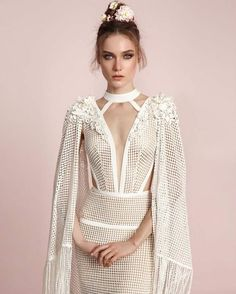 Every queen needs their cape �� @lior_charchy_bridal does it again with the SS 2017 bridal collection! See it all on ElegantWedding.ca!  http://gelinshop.com/ipost/1516009429726914164/?code=BUJ8otPA-Z0