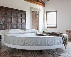 Rustic decorated minimalist room with a round bed in the middle Shabby Chic Furniture, Bedroom Furniture, Bedroom Decor, Round Beds, Interior Minimalista, Teenage Room, Minimalist Room, Small Apartments, Yurts