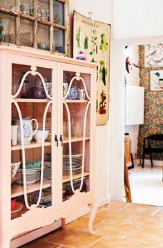 Donkey and the Carrot: House tour -- Αληθινά σπίτια Furniture, Home Furnishings, Vintage Home Decor, Vintage House, Eclectic Home, Cottage Inspiration, Tiny Furniture, Glass Front Cabinets, Home Decor Furniture