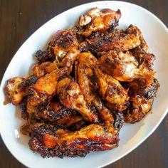 Deze in cola en bruine suiker gegaard kippenvleugels smaken heerlijk zoet en…
