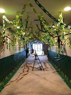 Decor idea for a jungle safari party Jungle Theme Birthday, Jungle Party, Safari Party, Safari Theme, Deco Jungle, Jungle Safari, Rainforest Classroom, Just Kids, Jungle Decorations