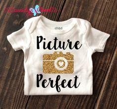 trendy Ideas for baby clothes diy onesies gold glitter Baby Girl Onsies, Baby Shirts, Onesies For Girls, Custom Baby Onesies, Newborn Onesies, Vinyl Shirts, Custom Shirts, Clothes Pictures, Trendy Baby