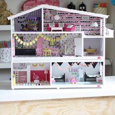 """Huset är renoverat med hjälp av kontaktplast, hobbyfärg, minivimplar, dekorgummi, självhäftande textil och paper padblocket """"dockskåp"""", allt som ni kan hitta på Panduro. Möblerna kommer från Lundby men många har fått sig en liten makeover. Detta är ett av de nyare dockhusen i plast som är lätt att skruva isär men det går bra att sätta in nytt golv och nya tapeter i äldre skåp också."""