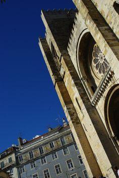 1er journée à Lisbonne : entre tradition et modernité - via Voyager en Photos 24.06.2015   ...nous avons choisi de découvrir 2 facettes totalement opposées de la ville : la première avec le quartier très moderne et futuriste du Parc de Nations, construit suite à l'exposition universelle de 1998, puis nous avons continuer par le quartier historique de l'Alfama, le plus vieux quartier de Lisbonne... #portugal #tips Photo: cathédrale Sé de Lisbonne