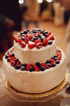 Свадьба в стиле эко-рустик, свадебный торт с ягодами