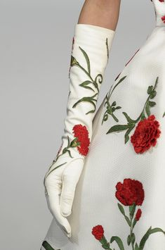 I know this Oscar De le renta has been everywhere, but it is so pretty. love those gloves. Floral Fashion, Vintage Fashion, Rococo Fashion, Vintage Clothing, Fashion Art, Moda Floral, Fashion Details, Couture Details, Beautiful Outfits