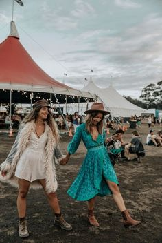 The best boho brands for inspiration and online shopping. For the free spirited boho girl with a love for fashion. Great Images of Hippie, Gypsy and Boho Outfits for 2019 Music Festival Outfits, Festival Fashion, Festival Trends, Festival Girls, Coachella Festival, Hippie Festival, Festival Looks, Festival Style, Lollapalooza