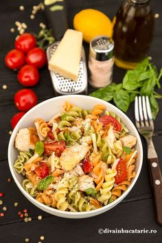 SALATA ITALIANA DE PASTE TRICOLORE CU PUI | Diva in bucatarie Healthy Eating Recipes, Healthy Meal Prep, Cooking Recipes, Empanadas, Good Food, Yummy Food, Spaghetti Recipes, Pasta Salad, Food Inspiration