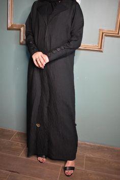 عباية قماش كتان ديجيتال أسود قلاب في الصدر زرارات ملبس قماش في الكم تحتوي على عدة مقاسات متوفرة ومناسبة للجميع المقاسات 52و54 و56 و58 و60. High Neck Dress, Projects, Dresses, Fashion, Turtleneck Dress, Log Projects, Vestidos, Moda, Blue Prints