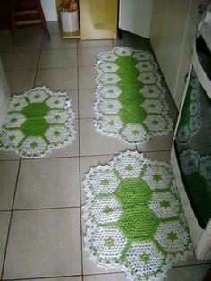 White and Green Crochet Kitchen Set Crochet Mat, Crochet Home, Filet Crochet, Crochet Crafts, Crochet Doilies, Crochet Projects, Stitch Patterns, Crochet Patterns, Crochet Table Runner