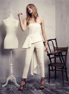 Après les robes courtes, les robes de couleur ou à imprimé, voici maintenant le pantalon de mariée!   Certes ce n'est pas la grosse tendanc...
