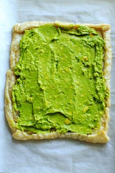Egg Puff Pastry with Avocado base - a quick and easy tart to make for breakfast or an appetizer. Easter Appetizers, Appetizer Recipes, Puff Pastry Recipes, Puff Pastries, Easter Treats, Easter Recipes, Avocado Toast, Tart, Egg