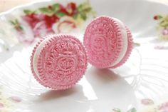 Pink Oreos-Now I've seen it all! I have to find these Pink Oreos! Pretty In Pink, Pink And Green, Pink Purple, Hot Pink, Blush Pink, Keks Dessert, Tout Rose, Rose Fuchsia, Candyfloss