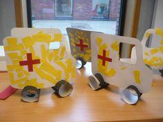 Ziekenwagen met wielen van wc rollen en laten beplakken met stukjes papier en rood kruis
