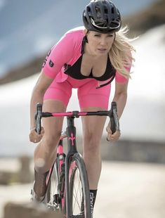 There is nothing quite so beautiful as a women with a bike. Bicycle Women, Road Bike Women, Bicycle Race, Bicycle Girl, Belle Nana, Retro Bike, Beautiful Athletes, Cycling Girls, Sporty Girls