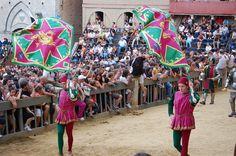 Corteo storico del Palio dell'Assunta 2008. Comparsa della Contrada del Drago: i due Alfieri. Foto tratta dal sito http://palio.be/