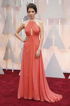 Das Kleid kann sie für den nächsten Einsatz als Brautjungfer wiederverwerten: Anna Kendrick in einem lachsfarbenen Kleid von Thakoon.