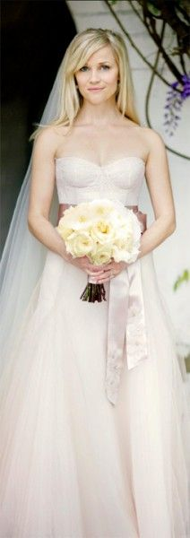 Such a feminine (and beautiful) dress.. especially on her!