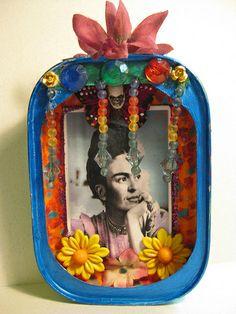 """Los estudiantes pueden hacer un mini altar de Frida Khalo con un """"conteiner"""" vacío de pastilla de menta. Que bonita idea."""