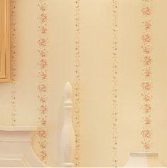 Egy hálószoba falán igazán jól mutat ez a világos színű diszkrét papírtapéta, amelynek rózsaszín virágocskái kellemesen díszítik a teret!