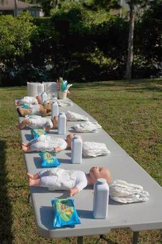 Easy Baby shower games are easy to prepare and play but definitely a thrilling time for shower guests. Shower hostess look for easy baby games online or baby shower event planner because of the many a Décoration Baby Shower Garçon, Baby Shower Mixto, Baby Shower Garcon, Juegos Baby Shower Niño, Mesas Para Baby Shower, Man Shower, Diaper Shower, Baby Shower Prizes, Fun Baby Shower Games