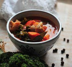 Jesienna zupa z dyni, boczniaków i jarmużu | PRZY ZIELONYM STOLE Chili, Food, Hokkaido, Chile, Chilis, Hoods, Meals