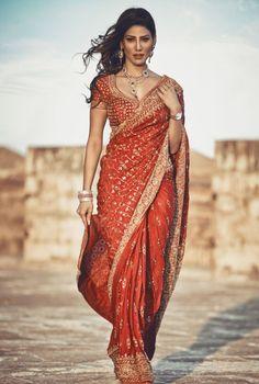 Latest Saree Images To Inspire Your Bridal Look Indian Bridal Outfits, Indian Designer Outfits, Dress Indian Style, Indian Dresses, Indian Beauty Saree, Indian Sarees, Pakistani, Wedding Saree Collection, Saree Trends