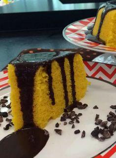 Nada como ter um bolo quentinho em casa, né?! Essa receita de bolo de cenoura de microondas com calda de chocolate é perfeita para quem busca praticidade na cozinha.