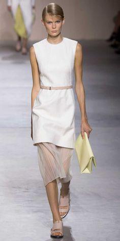 A túnica apareceu em desfiles de grifes como Gabriele Colangelo e Boss sendo usada sozinha ou com saias