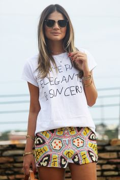 "Thássia Naves vestindo a t-shirt ""Gente Fina, Elegante & Sincera"", da Rock Di Saia."
