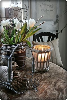 Spring with withe Tulips and Candlelight Decoration Shabby, Decoration Table, Vibeke Design, Shabby Chic, Decoration Christmas, White Tulips, Candle Lanterns, Scandinavian Style, Cottage Style