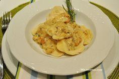 Raviolis caseros con manzana y queso, con salsa de avellanas