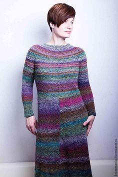 Стильное вязаное платье из квадратиков