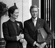 La duquesa de Windsor Wallis Simpson posa en la entrada del Hotel Ritz a su llegada a Madrid. En la solapa se puede apreciar una de las joyas más importantes de su colección personal, un flamenco de esmeraldas, rubies y diamantes hecho por la firma Cartier.