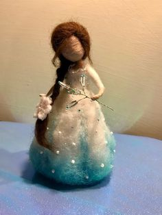 The winter fairy is very gentle, cute and tender, nice Christmas ornament. The height is about 7 cm). Wet Felting Projects, Needle Felting Tutorials, Wool Dolls, Felt Dolls, Christmas Fairy, Felt Christmas Ornaments, Easy Felt Crafts, Needle Felted Animals, Felt Animals