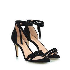 7704e981a8 Sandália Luiza Barcelos confeccionada em camurça preta. Modelo com tiras  finas na gáspea com detalhe