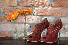 The Day Shoe . Modelo Tamara da linha Pret-a-Porter na versão camurça Bordô. Sapato de noiva do jeitinho que você sonha... #sapataodenoiva #sapatosobmedida #feitoamao #thedayshoe #sapato #saltoalto #shoe #shoes #wedding