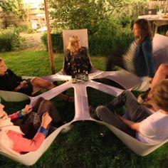 """""""Bottlebench"""" to projekt Maartena Pauwelyna,  łączący w sobie funkcję mebla ogrodowego, ławki, stolika oraz idee ekologii i dobrych kontaktów międzyludzkich. http://www.sztuka-krajobrazu.pl/277/slajdy/architektura-krajobrazu-mebel-miejski-i-ogrodowy"""