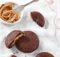 """בביס הראשון תתגלה ההפתעה שבפנים. עוגיות שוקולד במילוי קרם עוגיות """"לוטוס"""" ( צילום: דניה ויינר, סגנון: דיאנה לינדר )"""