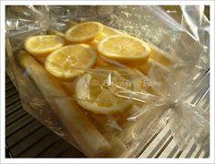 Zitronenscheiben auf den Spargel legen, Bratschlauch verschließen