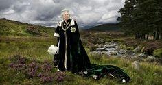 È forse tra le fotografie più suggestive e romantiche mai scattate finora alla Regina: Elizabeth II vestita con il manto di velluto verde del Nobile Ordine del Cardo - l'equivalente scozzese dell'Ordine della Giarrettiera in Inghilterra - immortalata da Julian Calder, immersa nella brughiera