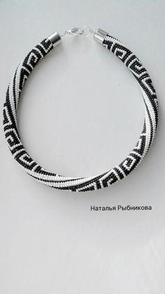 Жгут + схема (4) Braids With Beads, Bead Crochet, Jewelry Crafts, Jewerly, Knitting, Beaded Necklaces, Beading, Bead Jewelry, Stones