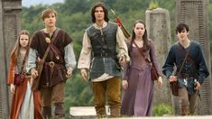 The Chronicles of Narnia: Prince Caspian.see Caspian DOES have the same cloths.kind of :-) Edmund Narnia, Narnia Cast, Skandar Keynes, William Moseley, Lucy Pevensie, Edmund Pevensie, Georgie Henley, Ben Barnes, Narnia Costumes