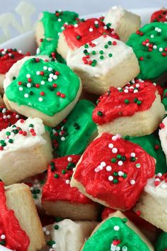 Christmas Sugar Cookie Bites - these yummy Christmas Treats are so easy to decorate that even the youngest family member can join in on the fun. Best Sugar Cookie Recipe, Sugar Cookie Frosting, Best Sugar Cookies, Christmas Sugar Cookies, Holiday Cookies, Buttercream Frosting, Ginger Cookies, Köstliche Desserts, Sweets Recipes