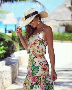 Chapéu praia, vestido florido, brincos