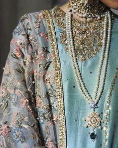 Pakistani Fashion Party Wear, Pakistani Wedding Outfits, Pakistani Couture, Bollywood Fashion, Indian Fashion, Simple Pakistani Dresses, Pakistani Dress Design, Stylish Dress Designs, Stylish Dresses