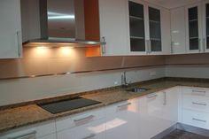 #diseño de #cocina Diseño de cocinas en Aranjuez Mare blanco y naranja encimera granito monterey #aranjuez #madrid